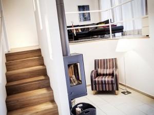 Innenarchitektur, Holztreppe und Sitzplatz