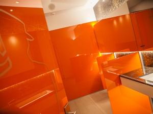 Architekturfoto, farbige Glaswand in Waschraum