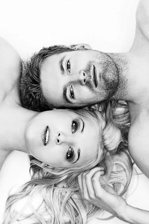 Paarfoto, schwarz weiß, liegend mit Blick in Kamera