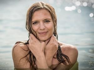 Outdoor Portrait einer Frau beim Schwimmen