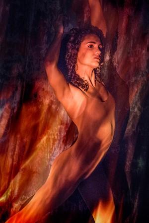 Projektion Portrait einer Frau mit Feuer