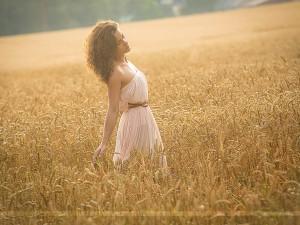 Outdoor Portrait einer Frau im Getreidefeld