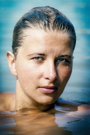 Outdoor Portrait einer Frau beim Schwimmen, ernst