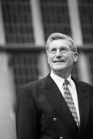 Outdoor Business Portrait eines Herren in schwarz weiß