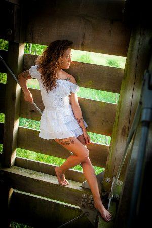 Outdoor Portrait einer Frau im Holzturm, Fantasy