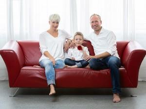 Familienfoto auf Sofa mit Hintergrund