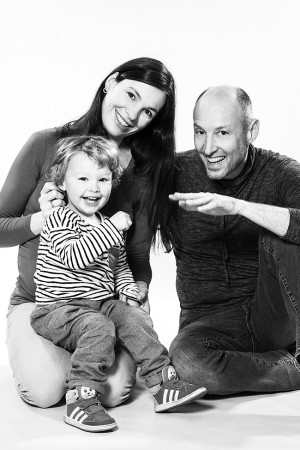 Familienfoto mit Kleinkind schwarz weiß
