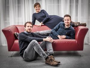 Familienfoto Brüder mit Sofa