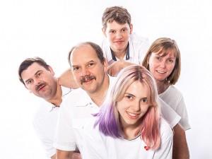 Familienfoto ganze Familie in lustiger Anordnung