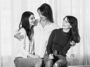 Familienfoto Schwestern schwarz weiß vor Fensterfront