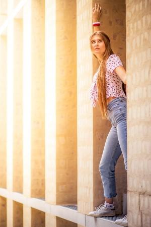 Outdoor Portrait einer Frau, Kontrastreich in Sonne