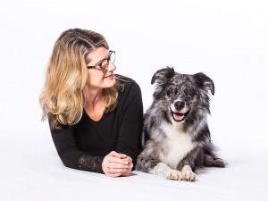 Tier Fotograf, Hund mit Besitzer, fröhlicher Gesichtsausdruck, hell