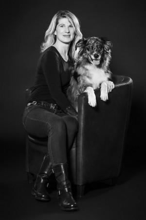 Tier Fotograf, Hund mit Besiter, sitzend, dunkel, cool, kontrastreich