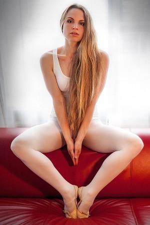 Beauty Portrait einer Ballerina auf einer Couch