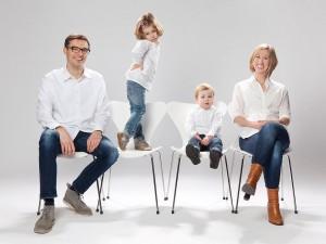 Familienfoto mit Kinder und Requisite