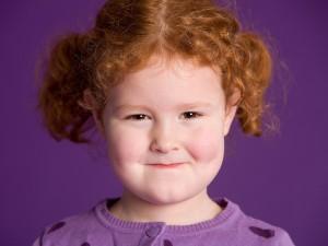 Kinder Fotoshooting, Freches Portrait eines Kindes mit lila Hintergrund