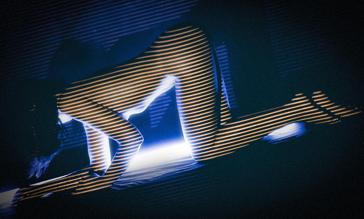 Portraitfoto Ganzkörper mit Lichtprojektion und Streifenmuster