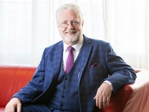 Business Portrait eines Herren mit fröhlichem Gesichtsausdruck