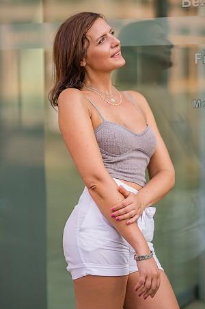Outdoor Portrait einer Frau mit verträumten Blick in die Ferne
