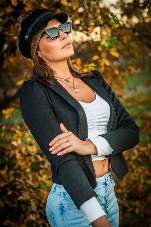 Outdoor Portrait einer Frau mit Sonnenbrille in der Natur im Herbst