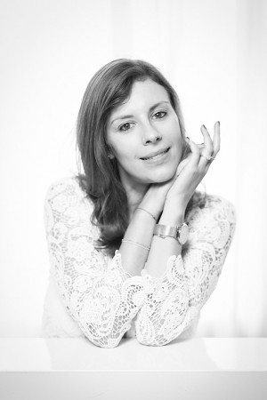 Schwarz Weiß Portrait einer Frau mit direktem Blick in die Kamera