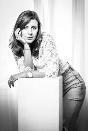 Portraitfoto einer Frau, schwarz weiß, angelehnt an Requisite