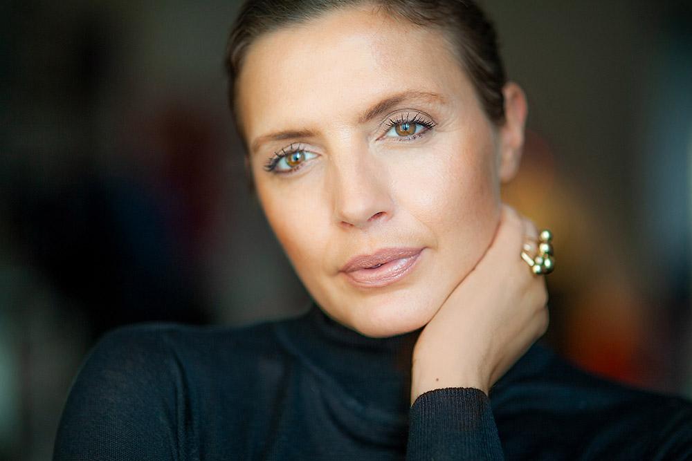 Portrait einer Frau mit verschwommenem Hintergrund und Gegenlicht