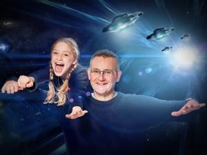 Familienfoto Vater und Tochter im Weltall gejagt von Aliens