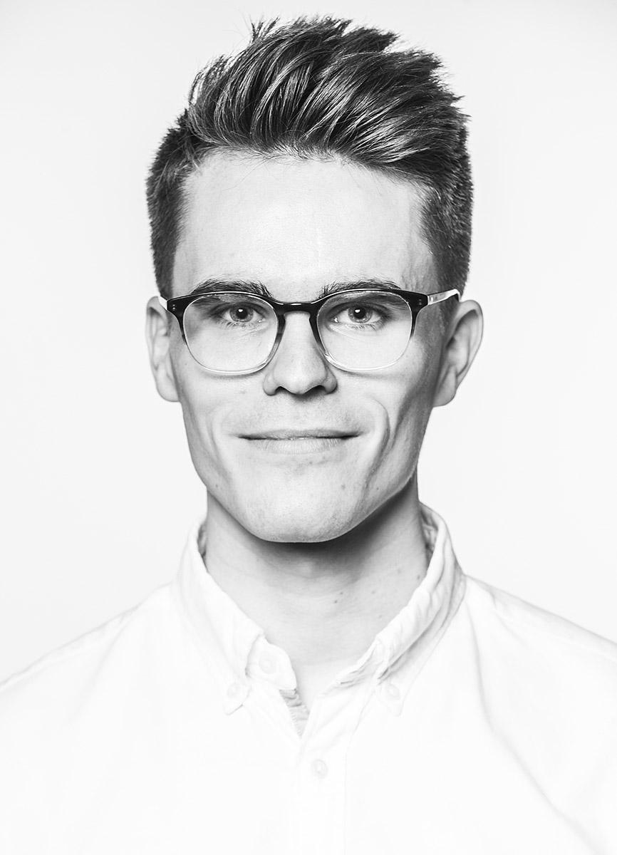 Portrait eines Mannes in schwarz Weiß, frontal