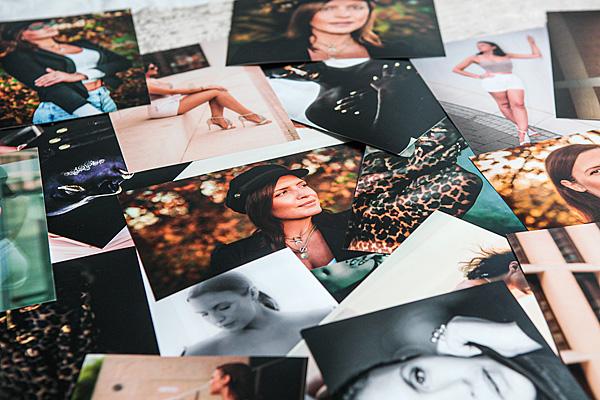 Foto eines größeren Bildpakets in ausgedruckter Form mit mehreren Motiven